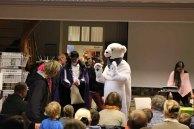 Begrüßung durch einen Eisbären und dem gestiefelten Kater in der Stadtbibliothek (c) Frank Koebsch (1)