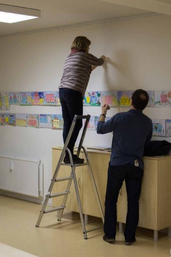 Kati Gebhardt und Jürgen Pfannstiel beim Hängen der Bilder des Malwettbewerbs - Mein Dorf (c) Frank Koebsch