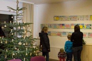 Kinder zeigen ihren Eltern ihre Bilder im Malwettbewerb - Mein Dorf (c) Frank Koebsch (1)