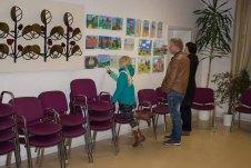 Kinder zeigen ihren Eltern ihre Bilder im Malwettbewerb - Mein Dorf (c) Frank Koebsch (2)