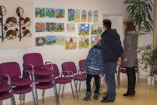 Kinder zeigen ihren Eltern ihre Bilder im Malwettbewerb - Mein Dorf (c) Frank Koebsch (3)