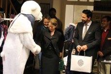 Peter Lück vom Grand Hotel Heiligendamm begrüßt den Eisbär (c) Frank Koebsch (1)