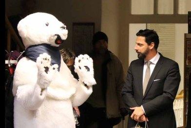 Peter Lück vom Grand Hotel Heiligendamm begrüßt den Eisbär (c) Frank Koebsch