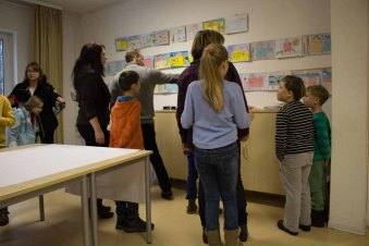 Bei der Preisverleihung in der Aktion Kinder malen ihr Dorf (c) Frank Koebsch (1)