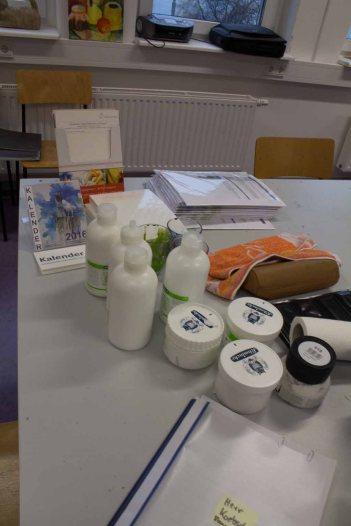 Vorbereitungen für einen Aquarellkurs mit Strukturpaste (c) Frank Koebsch