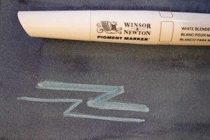 Das Weiß des Winsor Newton Pigment Markers auf blauer Aquarellfarbe (c) Frank Koebsch