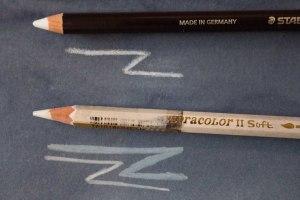 Das Weiß eines Aquarellstiftes und des STAEDTLER Lumocolor permanent glasochrom Trockenmarker Weißauf blauer Aquarellfarbe (c) Frank Koebsch