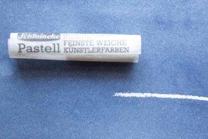Das Weiß von weicher Pastellkreide auf blauer Aquarellfarbe (c) Frank Koebsch