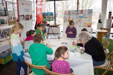 Drei Generationen malen gemeinsam bei Rostock kreativ ein Bild (c) Frank Koebsch