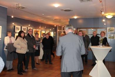 Dr Bernd Kuntze eröffnet die Ausstellung von Hanka u Frank Koebsch in Graal Müritz (c) Andrea Conteduca (2)