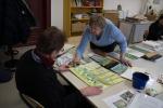 Gegenseitige Hilfe im Aquarellkurs - Frühlingserwachen im Wald an der VHS Schwerin (c) Frank Koebsch