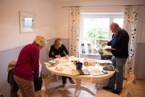 Abschlussarbeiten an der Aquarellen in der Ferienwohnung in Middelhagen (c) Frank Koebsch