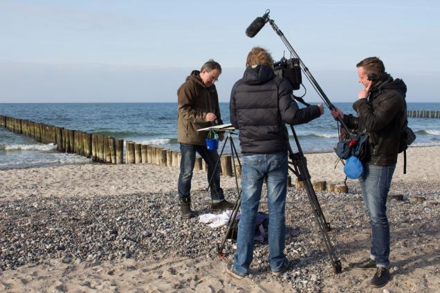 Der NDR filmt die Entstehung eines Aquarells von Frank Koebsch am Nienhäger Strand (c) Sophia Vortmann (3)