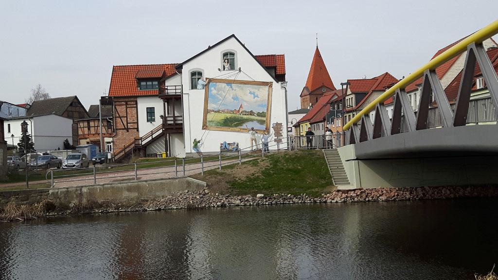 Gemälde von Franz Bunke an der Warnowbrücke in Schwaan (c) Frank Koebsch