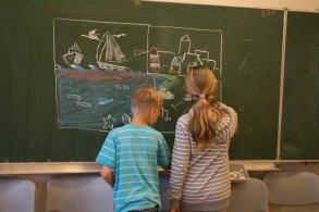 Die Ostseekindern erweitern mein Tafelbild kreativ (c) Frank Koebsch