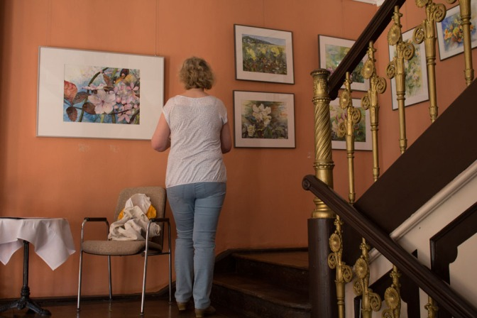 Hanka beim Hängen unserer Aquarelle im Schloss Griebenow (c) Frank Koebsch