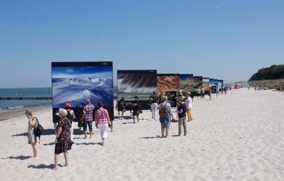 Open Air Installation am Strand von Zingst des Umweltfotofestival - horizonte zingst - 2016 (c) FRank Koebsch (1)