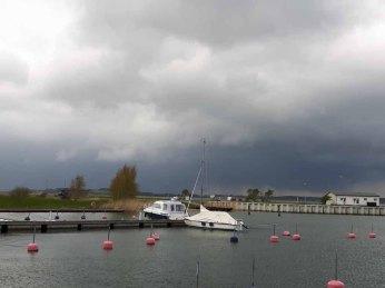 Regen zieht über den Bodden vor Gager auf (c) Frank Koebsch