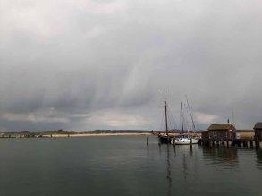 Wechselhaftes Wetter über der Bodden vor Gager (c) FRank Koebsch