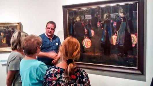 Frank Koebsch erläutert das Bild - Laternenkinder - von Rudolf Bartels im Kulturhistorischen Museum Rostock (c) Bernd Sturzrehm.
