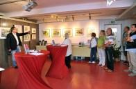Frank Koebsch erläutert die Entstehung der Wild life Auquarelle für Ausstellung im Zoo Rostock