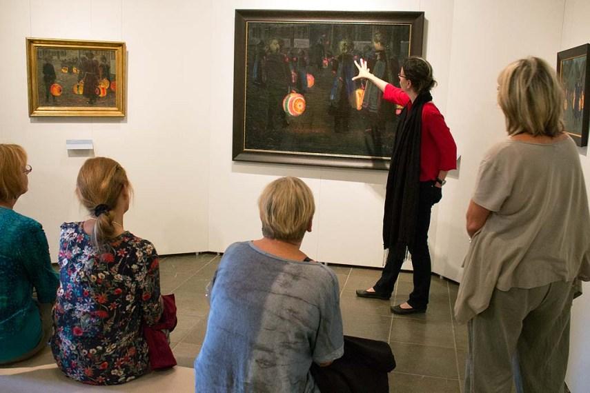 Frau Dr. Susanne Knuth erläutert das Bild - Laternenkinder - von Rudolf Bartels im Kulturhistorischen Museum Rostock (c) Frank Koebsch (1).