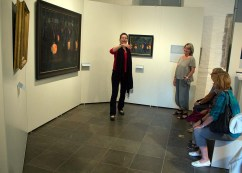 Frau Dr. Susanne Knuth erläutert das Bild - Laternenkinder - von Rudolf Bartels im Kulturhistorischen Museum Rostock (c) Frank Koebsch. (2)