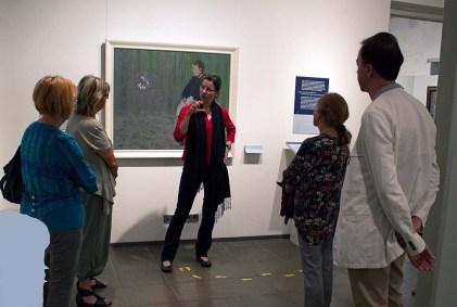 Frau Dr. Susanne Knuth erläutert das Bild - Seifenblasen - von Rudolf Bartels im Kulturhistorischen Museum Rostock (c) Frank Koebsch (1)