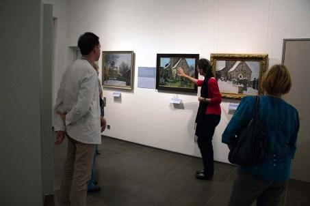 Frau Dr. Susanne Knuth erläutert das Bilderserie - Kirche von Kirche von Gelmeroda - von Rudolf Bartels im Kulturhistorischen Museum Rostock (c) Frank Koebsch.