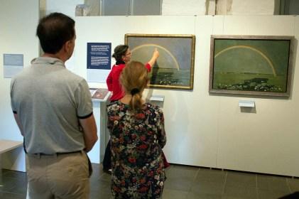 Frau Dr. Susanne Knuth erläutert die Rgenbogen Bilder von Rudolf Bartels im Kulturhistorischen Museum Rostock (c) Frank Koebsch