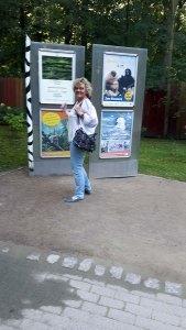 Hanka freut sich über das Plakat unserer Ausstellung im Rostocker Zoo (c) Frank Koebsch