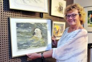 Hanka Koebsch mit ihrem Aquarell vom Eisbären Fiete in der Ausstellung des Rostocker Zoos