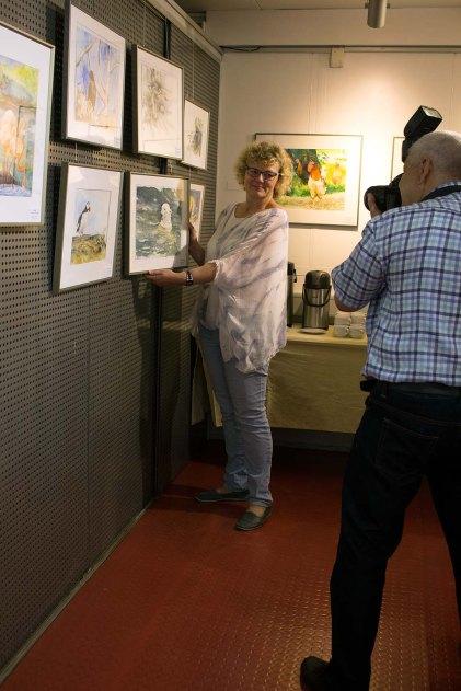Hanka Koebsch rückt ihr Eisbären Aquarell für den Fotografen ins rechte Licht (c) FRank Koebsch