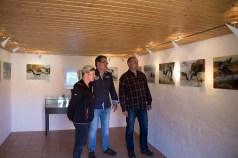 Maler Frank Koebsch zwischen Dr. Thomas Förster (r.), dem Leiter des NATUREUMs, und Cornelia Grabow vom Besucherservice. (Foto: Mike Peters/Deutsches Meeresmuseum)