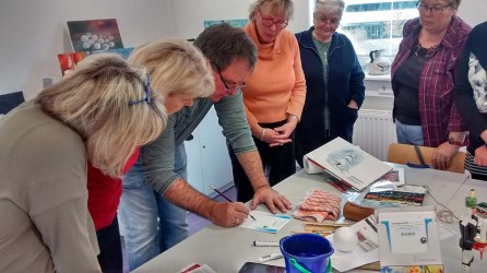 Wir malen mit Frank Koebsch Weihnachtskerzen auf verschidenen Aquarellpapier (c) Bernd Sturzrehm (1)