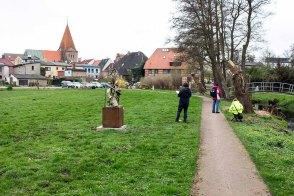 Skizzieren der Silhouette von Schwaan im Park des Kunstmuseums Schwaan (c) Frank Koebsch (1)