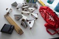 Bilderecken, Maßbänder, Wasserwage - das übliche Zeug beim Hängen einer Ausstellung (c) Frank Koebsch