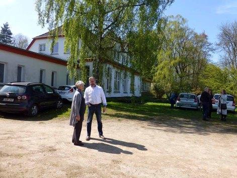 Frau Kröhnke und Ulrich Langer am Atelierhaus Rösler-Kröhnke (c) Sonja Jannichsen