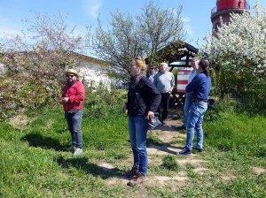 Ivan Prado, Anke Gruß, Susanne Mull, Thomas Freud, Frank Koebsch und Jans Hübner am Leuchtturm Barstorf (c) Sonja Jannichsen