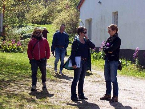 Ivan Prado, Jens Hübner, Susanne Mull und Anke Gruss beim Besuch des Atelierhauses Rösler-Kröhnke - Malort des Plein Air Festivals Kühlungsborn (c) FRank Koebsch