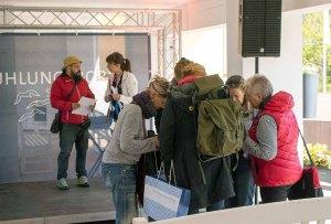 Ivan Prado mit Malschülern beim Kick Off des Plein Air Fetivals in Kühlungsborn (c) FRank Koebsch