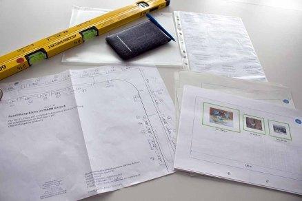 Planung für das Hängen der Bilder unserer Ausstellung Wildes Land (c) Frank Koebsch