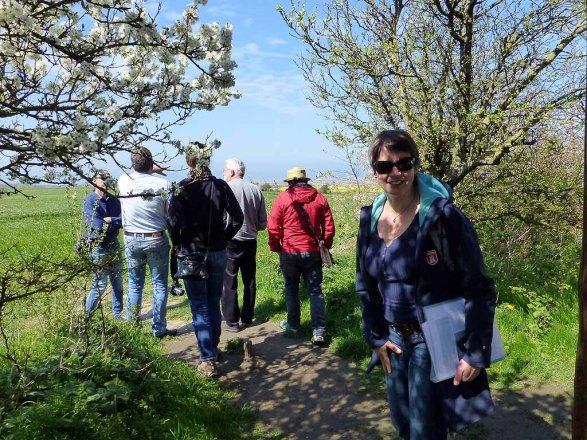 Susanne Mull auf den Weg zu einer frühlingshaften Aussicht am Leuchtturm Barstorf (c) Sonja Jannichsen