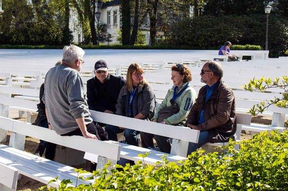 Thomas Freund mit Malschülern beim Kick Off des Plein Air Fetivals in Kühlungsborn (c) FRank Koebsch