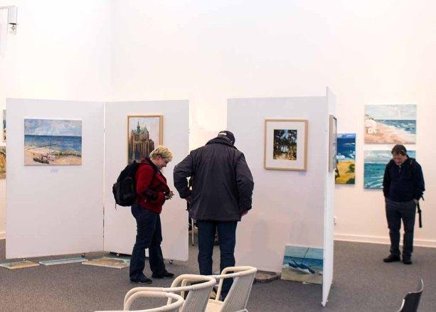 Schnappschüsse vom Hängen der Ausstellung des Plein Air Festival in der Kunsthalle Kühlunsborn (c) FRank Koebsch (6)