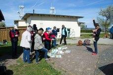 onja Jannichsen bei der Bildbeprechung der Aquarelle am Leuchtturm Bastrorf (c) FRank Koebsch (1)