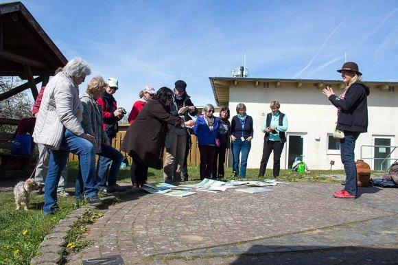 Sonja Jannichsen bei der Bildbeprechung der Aquarelle am Leuchtturm Bastrorf (c) FRank Koebsch (2)