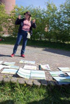 Sonja Jannichsen bei der Bildbeprechung der Aquarelle am Leuchtturm Bastrorf (c) FRank Koebsch (4)