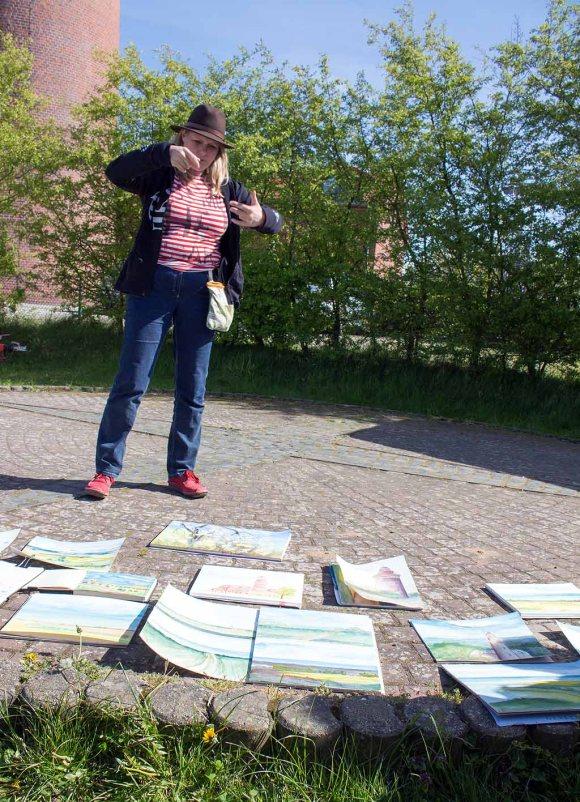 Sonja Jannichsen bei der Bildbeprechung der Aquarelle am Leuchtturm Bastrorf (c) FRank Koebsch (5)