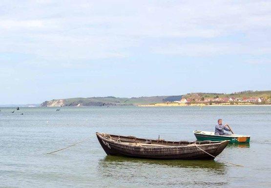 Fischer bei seinem Boot am Strand zwischen Klein Zicker und Thiessow (c) Frank Koebsch